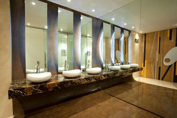 Equipamiento adecuado de baños y lavabos públicos